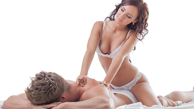 девушка парню делает массаж фото