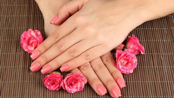 Фото руки с розовыми ногтями